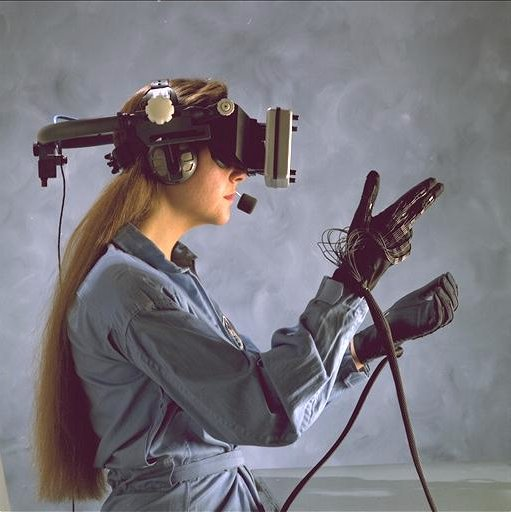 Donna indossa apparecchiatura per realtà virtuale